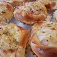 オニオンチーズ ランチに人気焼き調理パン(124円)